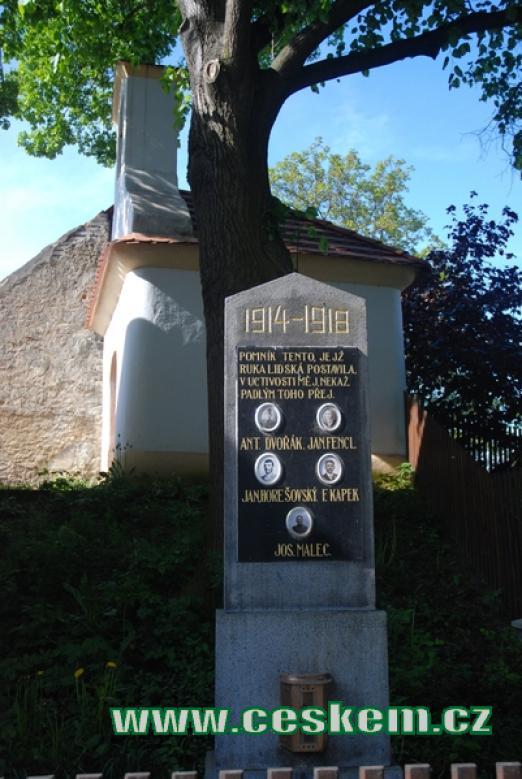 Památník padlých a místní kaplička.