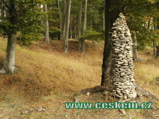 Kamenná mohyla postavená návštěvníky.