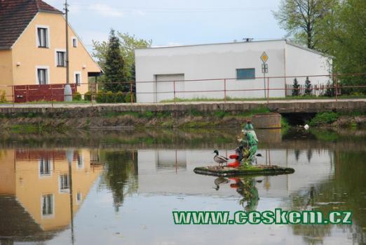 Vodník na zdejším rybníku...