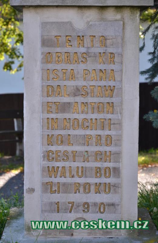 Detail textu na křížku.