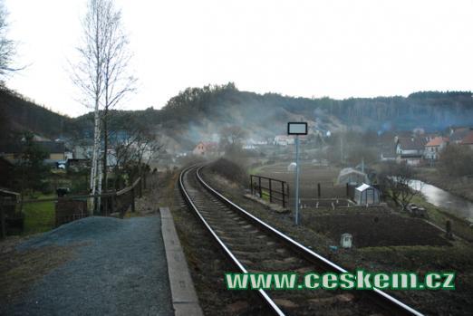 Pohled od železniční zastávky.