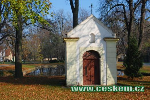 Kaple svaté Anny na návsi.