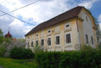 Rousínov na Rakovnicku - Pohled na budovu bývalé školy.
