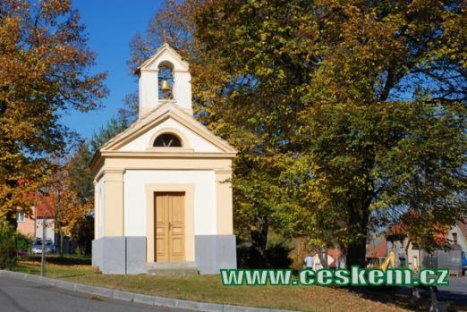 Kaple svatého Isidora na návsi.