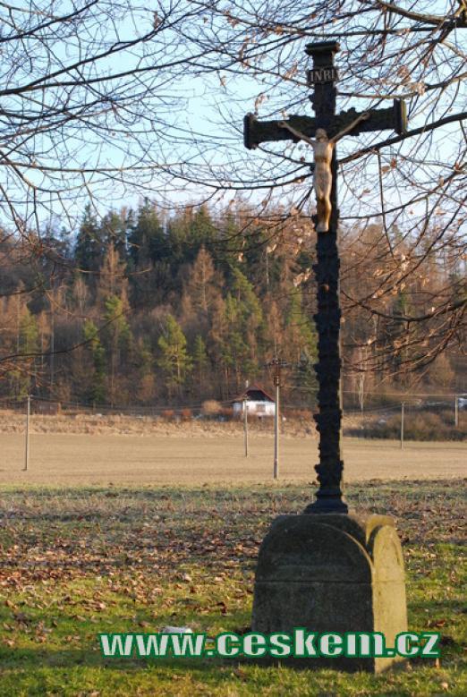 Křížek u cesty k jezírkům.