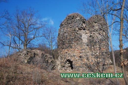 Bergfrit z plochy horního hradu.