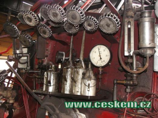 Kabina strojvedoucího parní lokomotivy.