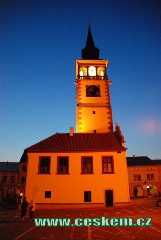 Noční pohled na budovu radnice.