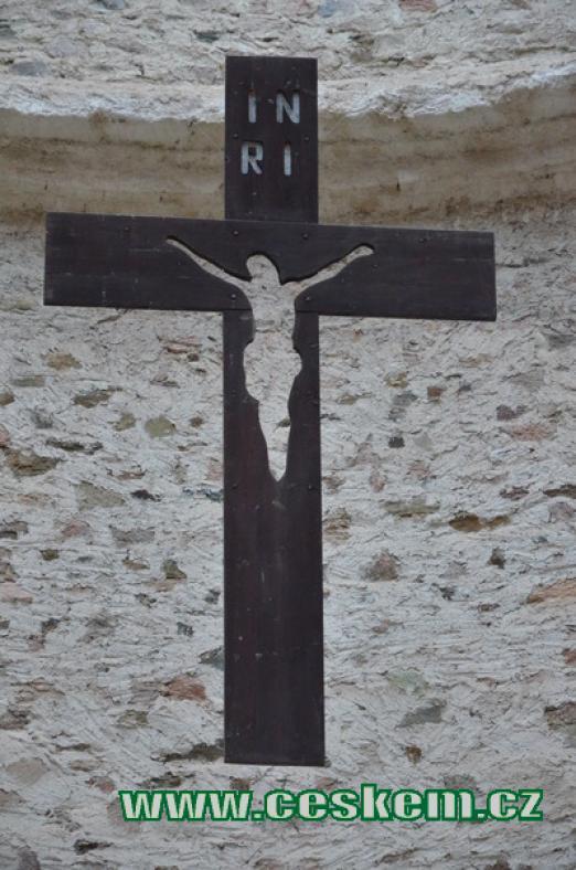 Kříž uvnitř chrámu.