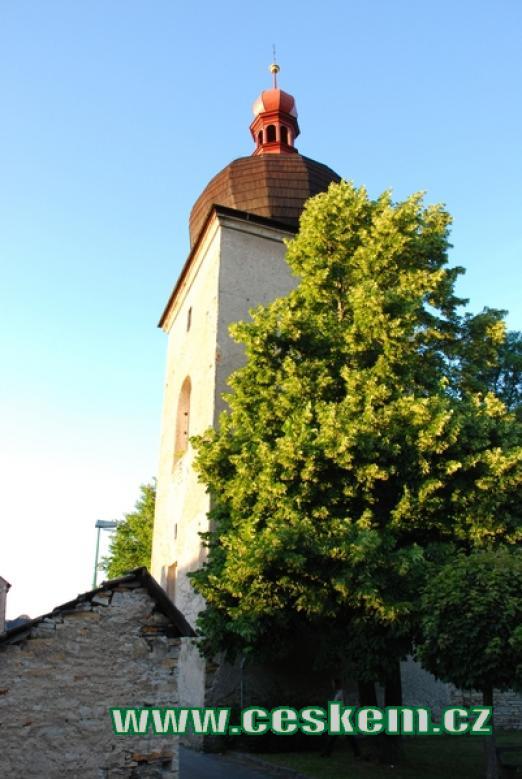 Hranolová renesanční zvonice u Mariánského kostelíku.