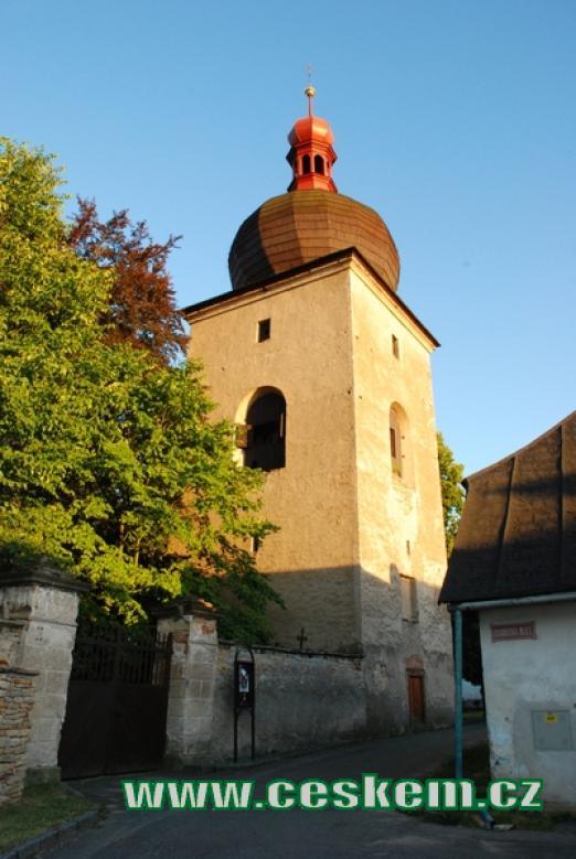 Hranolová zvonice u Mariánského kostelíku.