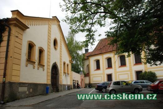 Prostranství před děkanským kostelem Nejsvětější Trojice.