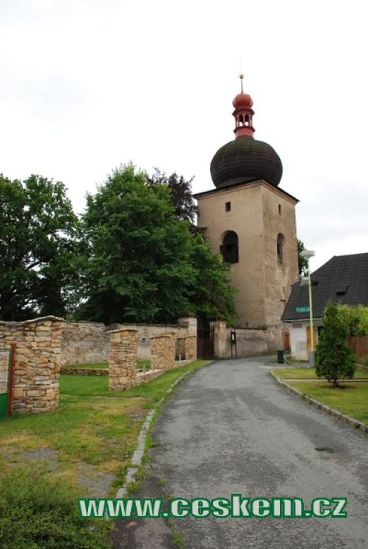 Zvonice u zdejšího Mariánského kostelíku.