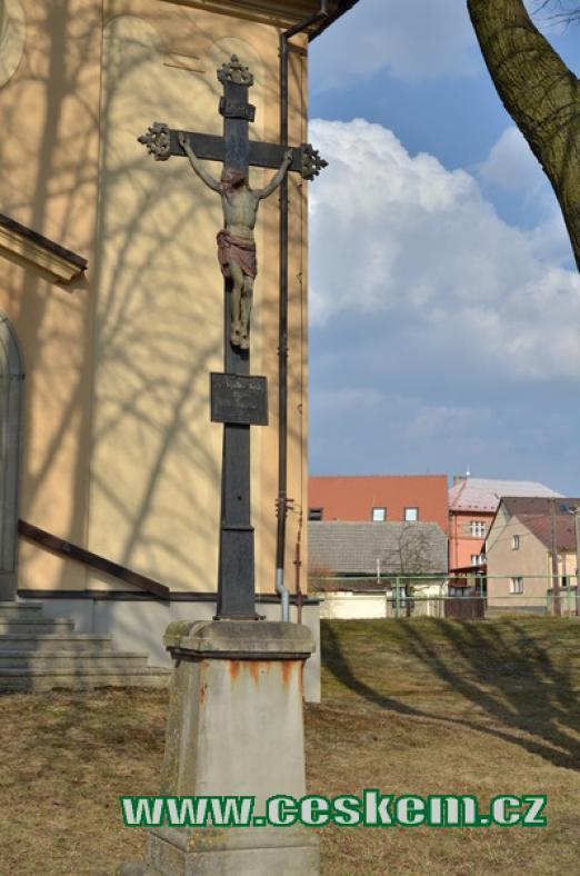 Kříž před kostelem sv. Václava.