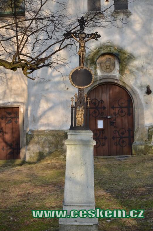Křížek před kostelem.