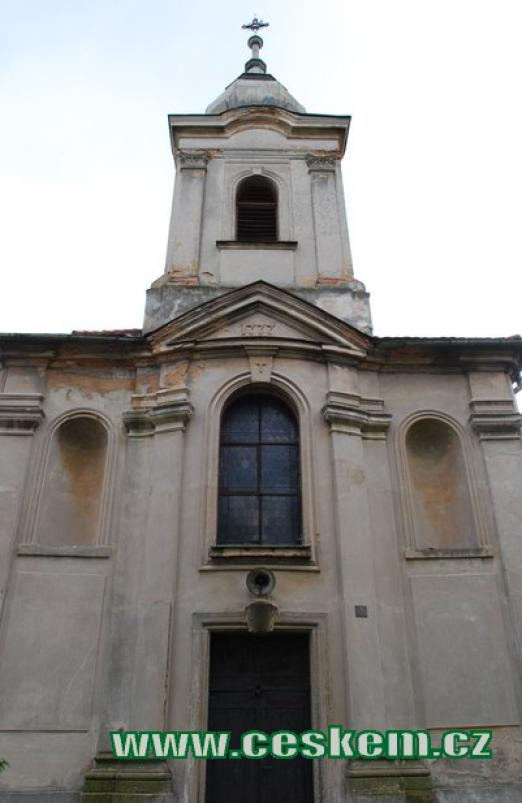 Průčelí kostela Sv. Kříže.