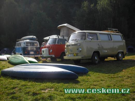 Sraz legendárních vozů Volkswagen Transporter ve zdejším kempu.