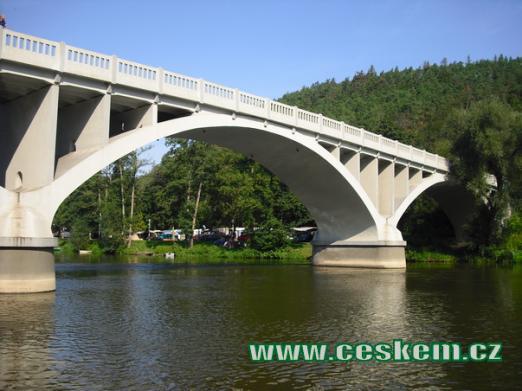 Pohled na most přes Berounku.