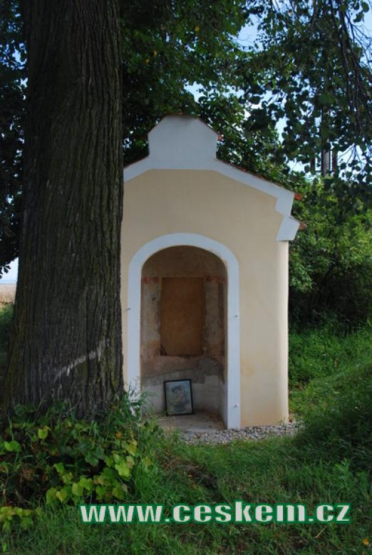 Kaplička kraji obce.
