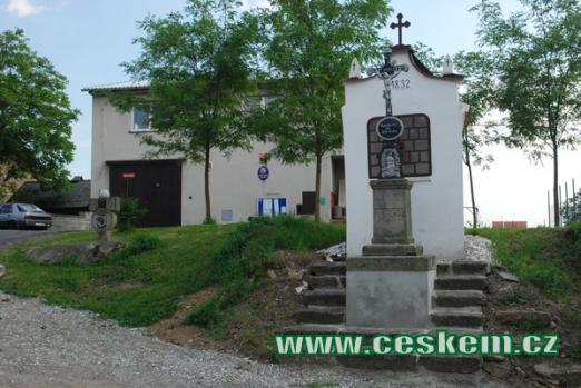 Křížek a kaplička před obecním úřadem.