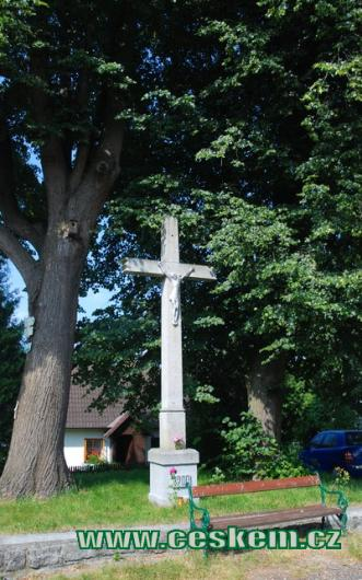Kříž na návsi.