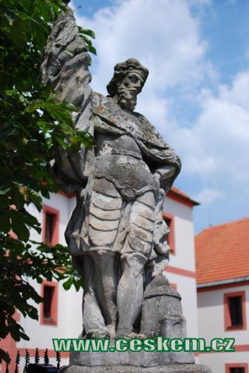 Socha světce na mostě před Novým zámkem.