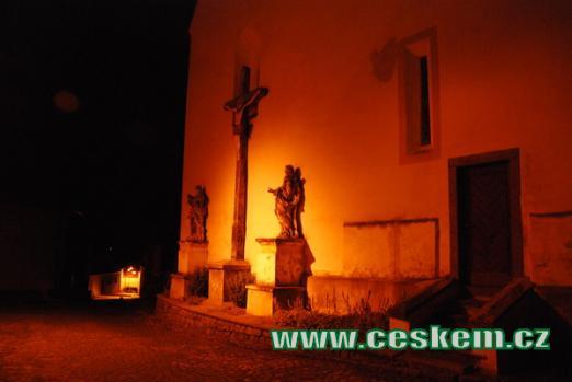 Průčelí kostela sv. Martina v podvečer.