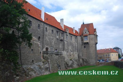 Jižní část hradu s věží Jelenkou.
