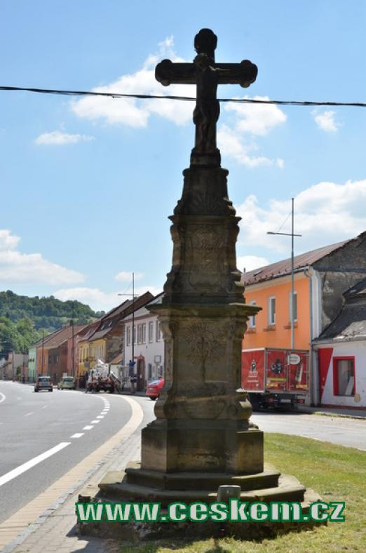 Kříž na náměstí.