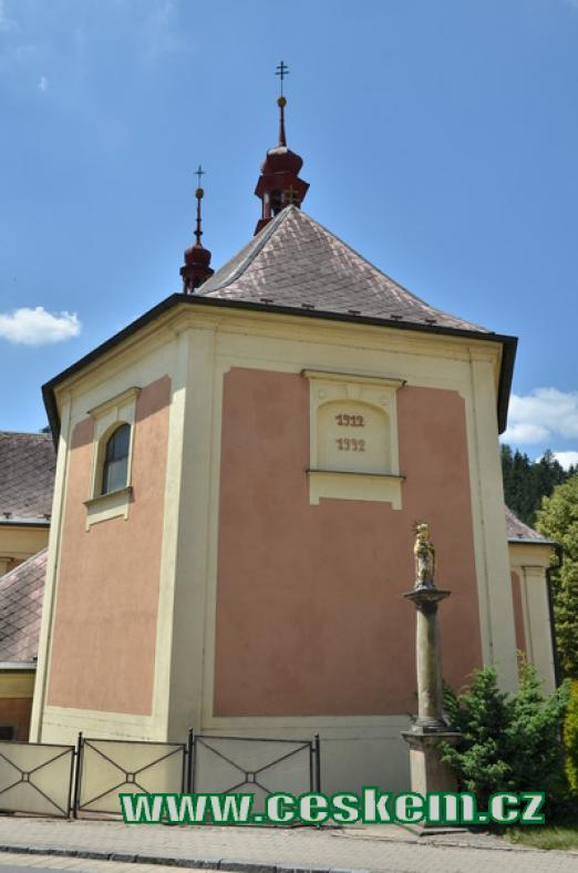 Zadní část kostela.