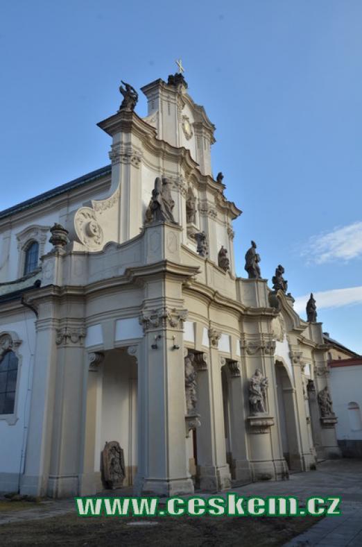 Západní průčelí kostela Nanebevzetí Panny Marie.