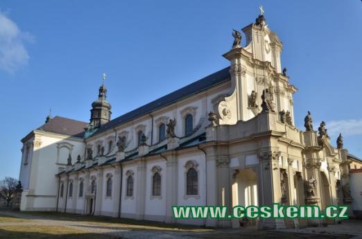 Kostel Nanebevzetí Panny Marie od severozápadu.