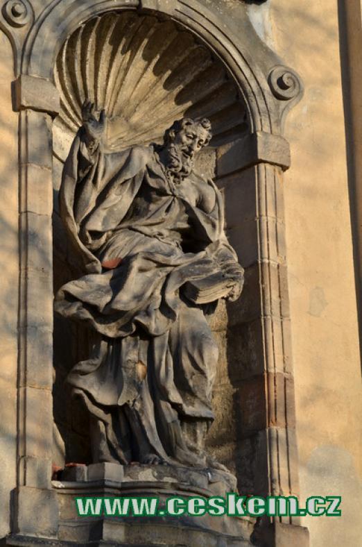 Socha ma průčelí kostela sv. Petra a Pavla.