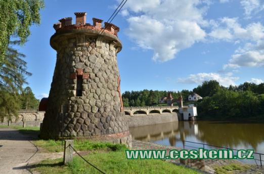 Věžička na levé straně přehrady.
